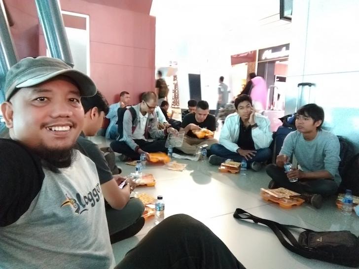 BLUS Sedang Makan Siang di Bandara Soetta