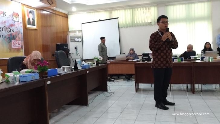 Perwakilan KPK RI Sedang Memberikan Pemaparan dalam Kegiatan Sosialisasi Komunitas Pemilih Berintegrasi se-Kalimantan Barat