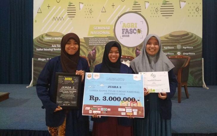 Prestasi Mahasiswa Untan - Juara 2 Karya Tulis Ilmiah ITB 2018