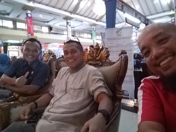 Sesi Wefie bersama Komisaris Bank Pasar Pontianak