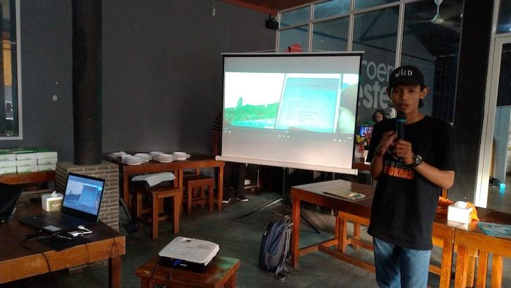 Relawan Demokrasi KPU Kota Pontianak Memberikan Penjelasan Mengenai Proses Pindah Memilih